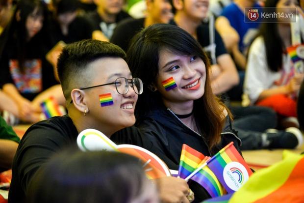 Khoảnh khắc hạnh phúc và những nụ hôn rực rỡ trong Ngày hội tự hào LGBT+ ở Sài Gòn và Hà Nội - Ảnh 20.