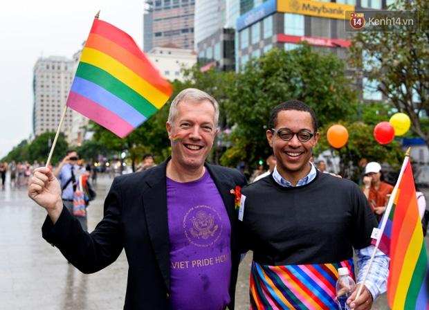 Khoảnh khắc hạnh phúc và những nụ hôn rực rỡ trong Ngày hội tự hào LGBT+ ở Sài Gòn và Hà Nội - Ảnh 21.