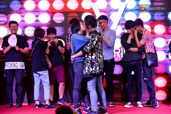 """Khoảnh khắc hạnh phúc và những """"nụ hôn rực rỡ"""" trong Ngày hội tự hào LGBT+ ở Sài Gòn và Hà Nội - Ảnh 22."""