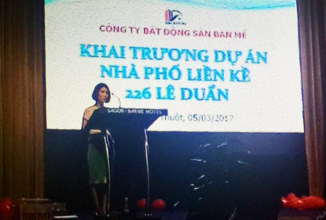 Bà Lựu giới thiệu về công ty BĐS Ban Mê và dự án 226 Lê Duẩn. -Ảnh từ clip người tố cáo cung cấp.
