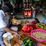 Thanh niên tranh nhau giật tiền cúng cô hồn trên phố Sài Gòn