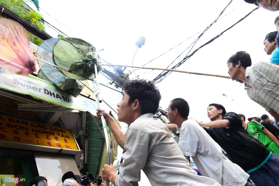 Thanh nien tranh nhau giat tien cung co hon tren pho Sai Gon hinh anh 17
