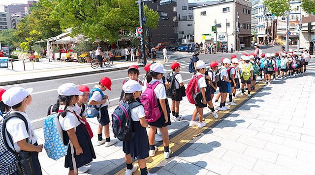 Trẻ em Nhật tự đi học có hội phụ huynh trông chừng