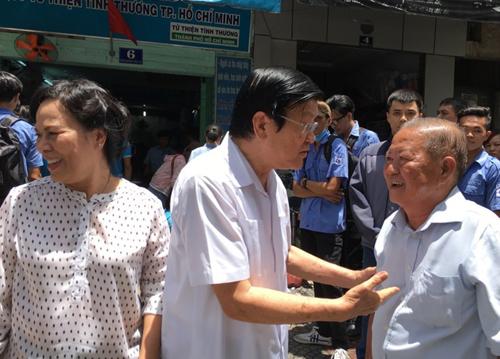 vo-chong-nguyen-chu-tich-nuoc-truong-tan-sang-an-com-2000-dong-1