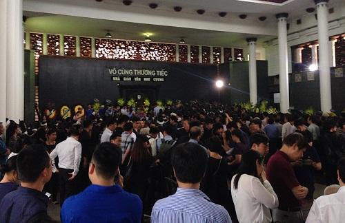 Tang lễ của PGS Văn Như Cương được tổ chức trang trọng, hàng nghìn người tới tiễn đưa thầy.