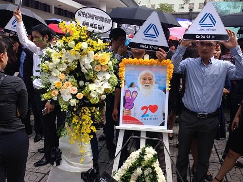 Vòng hoa cùng hình ảnh người thầy mến mộ mà cựu học sinh dành tiễn biệt PGS Văn Như Cương.