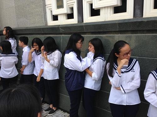 Nhiều học sinh đã khóc sau khi viếng PGS Văn Như Cương.
