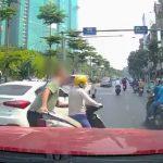 Nghe điện thoại giữa đường, người phụ nữ bị 'ông Tây' lôi cả người và xe vào vỉa hè