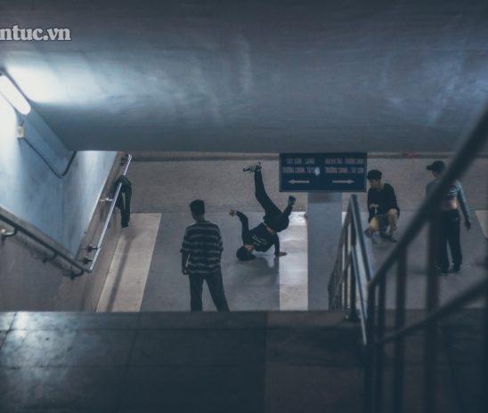 Nhịp đời thi vị dưới hầm bộ hành Ngã tư sở