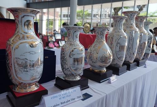Tuần lễ cấp cao APEC sẽ diễn ra tại Đà Nẵng từ ngày 6/11 đến 11/11. Đại diện Bộ Ngoại giao cho biết công tác chuẩn bị đã cơ bản hoàn tất để đón đoàn đại biểu cấp cao từ 21 nước thành viên gồm Mỹ, Trung Quốc, Nga, Nhật Bản, Australia, New Zealand, Philippines& Việt Nam có tổ chức cuộc thi thiết kể sản phẩm lưu niệm du lịch, quà tặng phục APEC 2017. Tổng cộng 171 tác phẩm dự thi được gửi đến ban tổ chức, trong đó có 20 mẫu thiết kế đạt giải. Trong những tác phẩm đạt giải cao lần này này, nữ hoàng linh trưởng vọoc chà vá chân nâu - hình ảnh nhận diện Đà Nẵng tại APEC, cũng đã được các nghệ nhân, các tổ chức, cá nhân tiếp cận ở nhiều góc cạnh, kết hợp nghệ thuật truyền thống và hiện đại Giải nhất thuộc về tác phẩm Bình gốm Tâm-Thức của Công ty TNHH sản xuất và thương mại sứ Bộ Trại (Hà Nội).