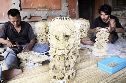 Nước chủ nhà Indonesia đã huy động 60 nghệ nhân tại làng chạm khắc gỗ truyền thống Angantaka để hoàn thành 30 bức tượng thần Garuda Wisnu Kencana, dành tặng đại biểu APEC 2013. Các nghệ nhân tạo hình tượng vị thần Hindu cưỡi trên con chim Garuda, sau đó thành phẩm sẽ <a  href=
