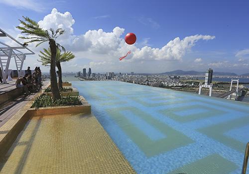 Việt Nam có bể bơi vô cực dát vàng cao nhất thế giới