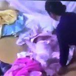 """Bé gần 2 tháng tuổi bị bảo mẫu """"tung hứng"""", đập vào đầu, tát vào mặt"""