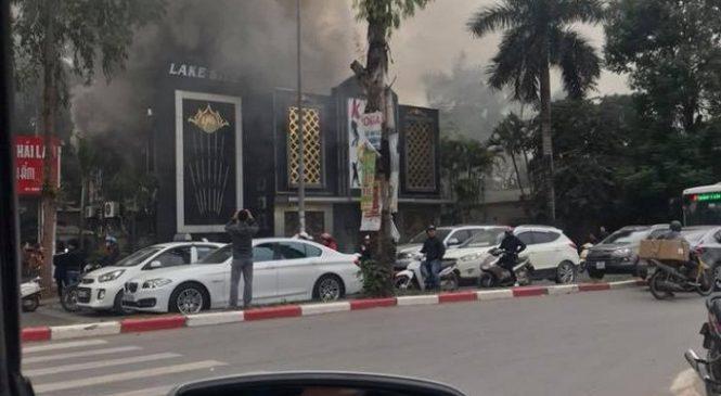Đang cháy lớn quán karaoke ở Linh Đàm, Hà Nội