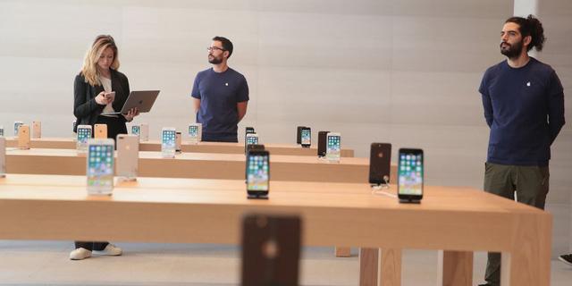 Các nhân viên của Apple tại cửa hàng mới ở Chicago