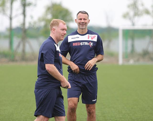 Giggs và Scholes thu hút sự chú ý trên sân