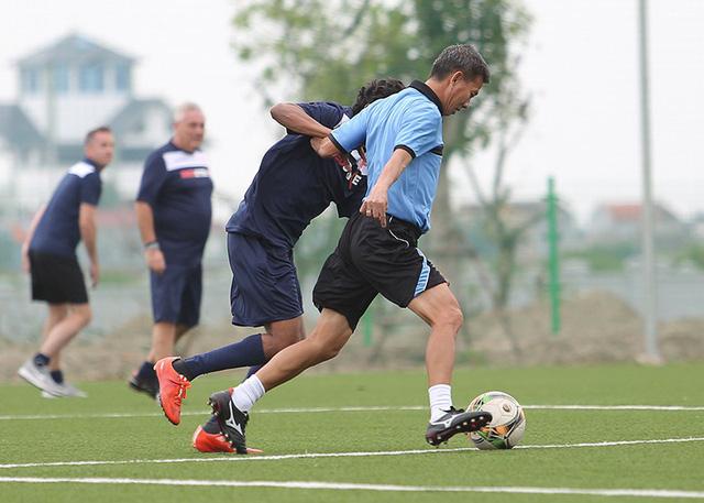 Pha tranh chấp giữa cầu thủ hai đội