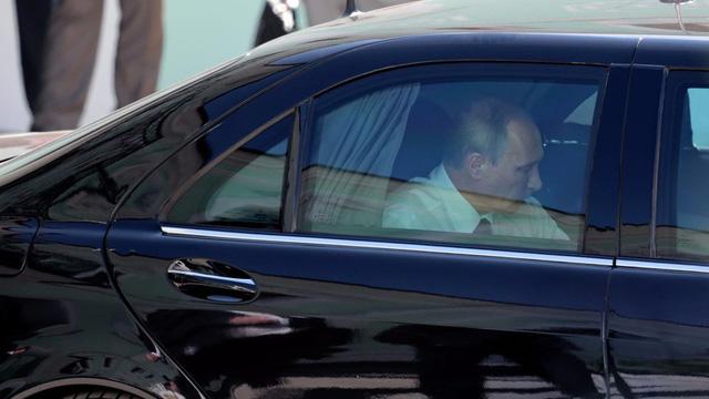 Ông Putin trong siêu xe S-600 (Ảnh: Motor1)