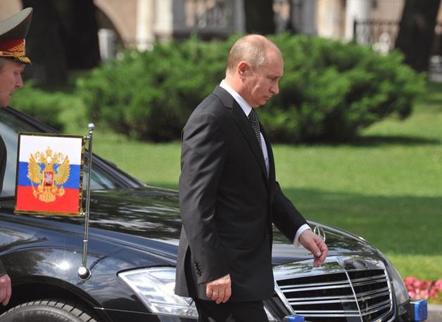 Tổng thống Putin bên cạnh chiếc Limousine S-600 (Ảnh: Wwvortex)