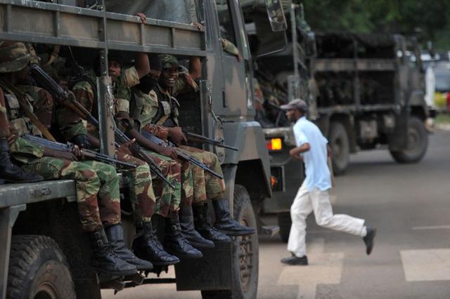 Thay tổng thống, dân Zimbabwe thoát nạn cảnh sát mãi lộ - Ảnh 1.