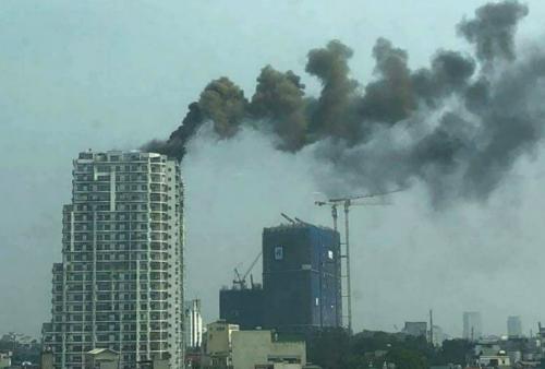 Cộc khói đen bốc lên từ toà chung cư. Ảnh: Lã Anh Dũng