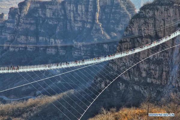 Chiêm ngưỡng hình ảnh kỳ vĩ của cầu kính dài nhất thế giới - Ảnh 1.