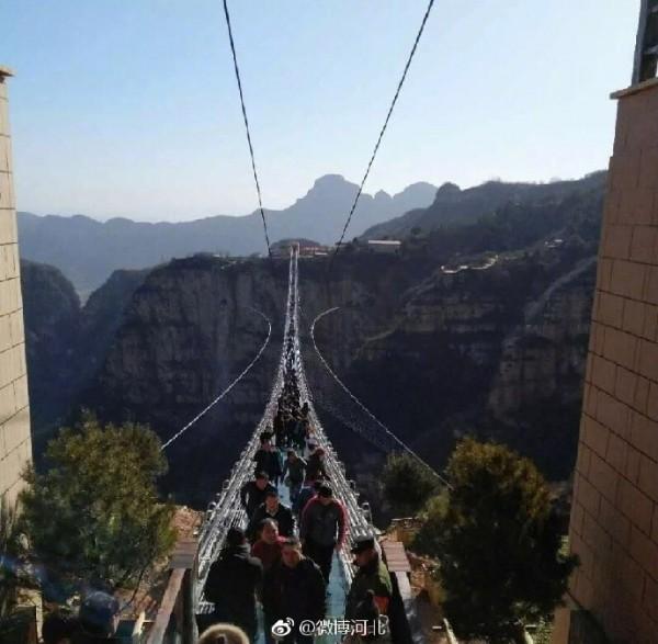 Chiêm ngưỡng hình ảnh kỳ vĩ của cầu kính dài nhất thế giới - Ảnh 6.