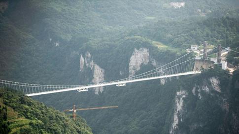Chiêm ngưỡng hình ảnh kỳ vĩ của cầu kính dài nhất thế giới - Ảnh 10.
