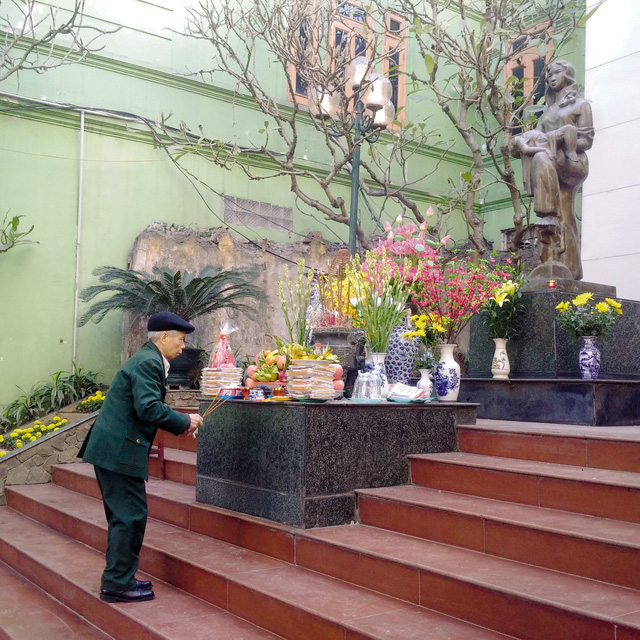 Ông Nguyễn Văn Cầu trước đài tưởng niệm những thường dân chết vì bom B - 52 ở Khâm Thiên. Ảnh:Q.T