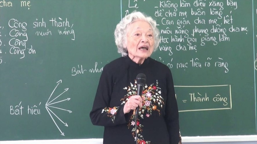 Dù đã 87 tuổi nhưng cô giáo Đàm Lê Đức vẫn đứng lớp giảng dạy về đức dục và trí dục. Ảnh: NV
