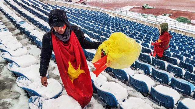 Các cổ động viên nhặt rác đã tạo dựng hình ảnh người Việt đẹp - Ảnh 1.