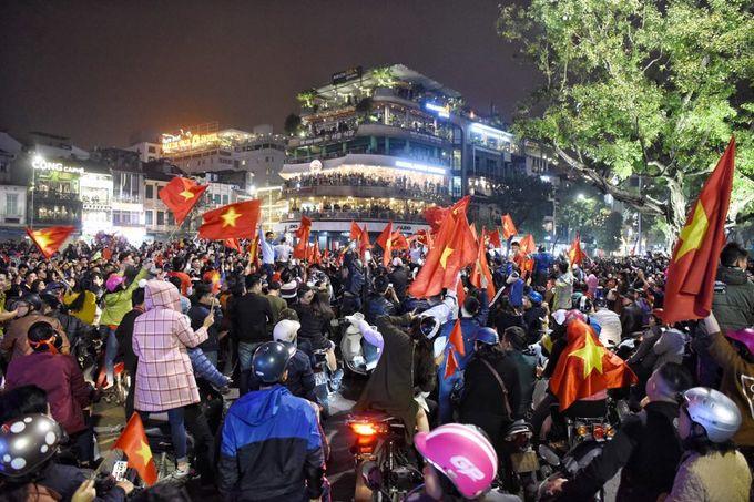 Dòng xe phá rào phố đi bộ Hà Nội sau chiến thắng của U23 Việt Nam