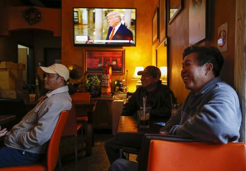 Việt Kiều ngồi trong một quán cafe ở khu Little Sài Gòn, quận Cam, bang California. Ảnh: LAT.