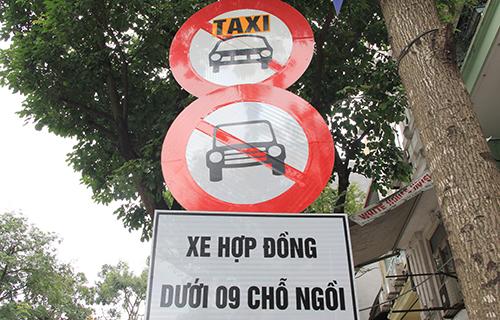 Biển cấm xe hợp đồng dưới 9 chỗ bên cạnh cấm taxi truyền thống mới xuất hiện trên đường phố Hà Nội. Ảnh: Anh Tú.
