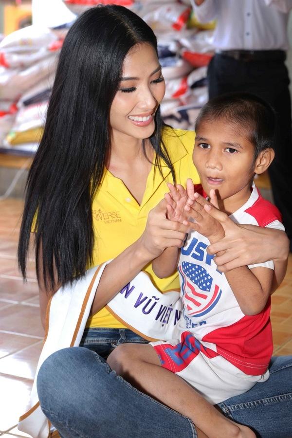 Tân Hoa hậu Hoàn vũ chơi đùa cùng trẻ mồ côi ở Khánh Hòa