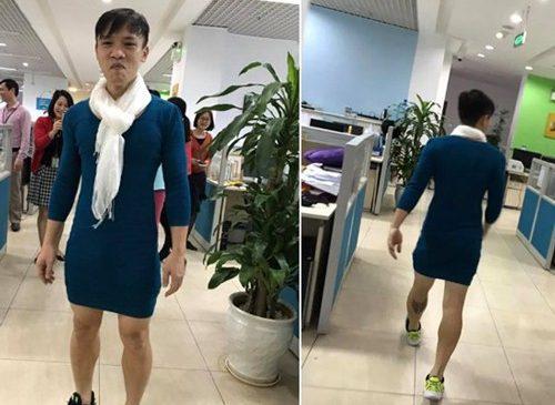 Mặc váy vợ đi làm mừng U23, ông bố Hà Nội thành 'sao sáng' ở công ty