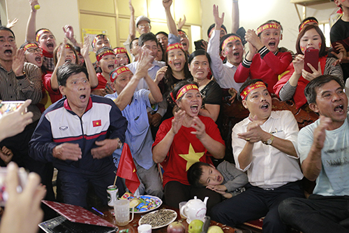 Mọi người hò reo trước bàn gỡ hoà của tuyển Việt Nam. Ảnh: Đức Hùng.