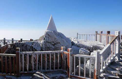 Đỉnh núi Fansipan dự báo sẽ có băng giá trong đợt rét này. Ảnh: CTV.