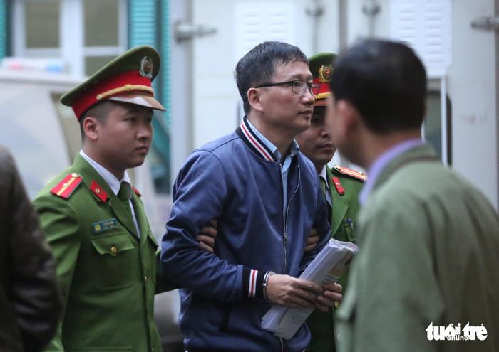 Nhiều người nước ngoài đến dự phiên xử ông Đinh La Thăng - Ảnh 3.