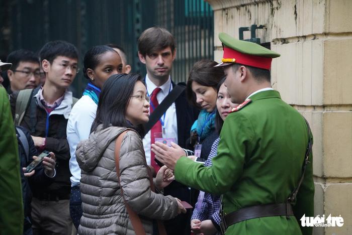 Nhiều người nước ngoài đến dự phiên xử ông Đinh La Thăng - Ảnh 7.