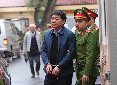 Ông Đinh La Thăng trước giờ xét xử vào sáng nay. Ảnh: TTXVN.