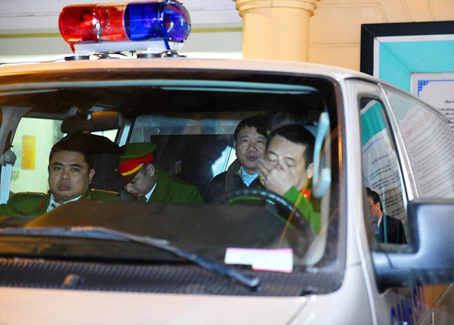 Ông Đinh La Thăng tươi cười rời toà sau ngày xét xử thứ 4 - Ảnh 1.