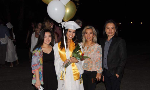 Vợ chồng ông Quý và hai con trong lễ tốt nghiệp trung học của con gái lớn Sheila. Ảnh: NVCC.