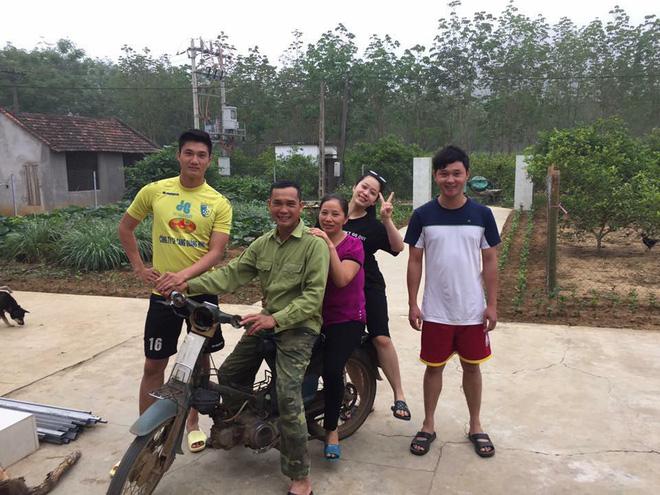 Được ô tô đưa đón nhưng khi thấy bố chạy xe máy cũ mèm theo, thủ môn U23 Việt Nam đã lao ngay xuống để được đi với bố về nhà - Ảnh 3.