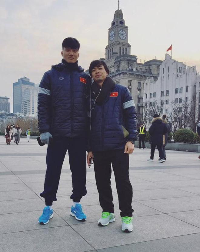 Được ô tô đưa đón nhưng khi thấy bố chạy xe máy cũ mèm theo, thủ môn U23 Việt Nam đã lao ngay xuống để được đi với bố về nhà - Ảnh 4.