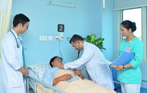 Bác sĩ Trần Hòa đang thăm khám cho bệnh nhân. Ảnh: T.T.