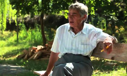 Phụ nữ miền núi phía bắc Albania làm trinh nữ có thể hút thuốc, ăn mặc như đàn ông. Ảnh: youtube.
