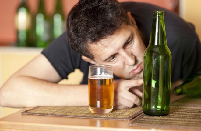 70% người bệnh mắc viêm tụy mạn tính do thứ đồ uống tủ của dân nhậu - Ảnh 1.