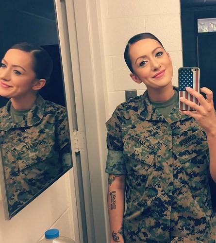 Vẻ đẹp nóng bỏng đầy gợi cảm của nữ lính thủy đánh bộ Mỹ - Ảnh 10.