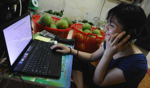 Tiếp cận thương mại điện tử ở Việt Nam đang rất thuận lợi. Ảnh: AFP
